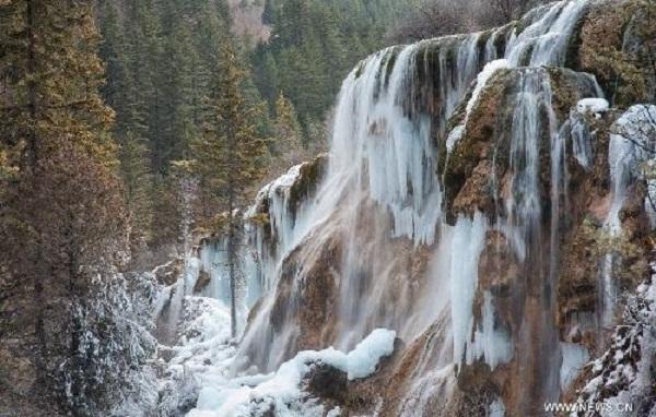 Chiêm ngưỡng thác nước đóng băng ở Trung Quốc
