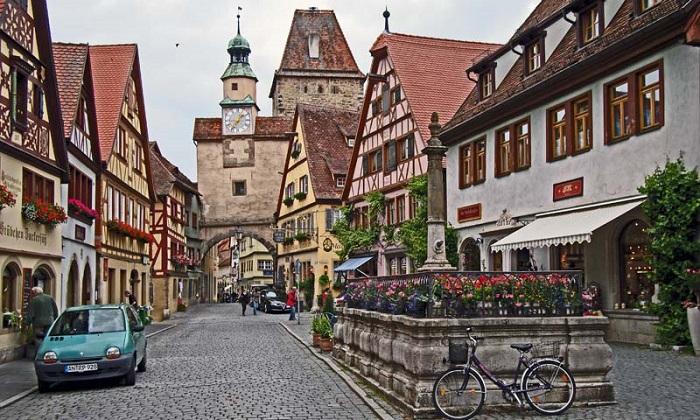 đây là thị trấn đẹp nhất nằm trên con đường lãng mạn chạy qua Bavaria.