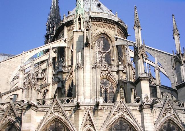 Cận cảnh 1 góc nhà thờ Notre Dame nhìn từ bên ngoài