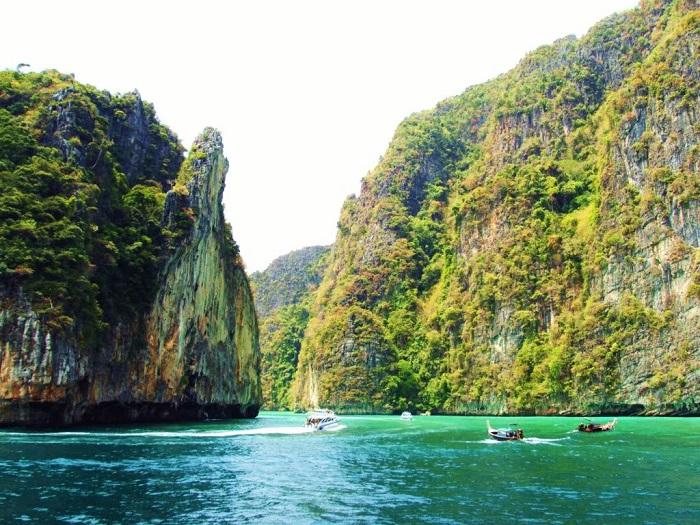 Phi Phi với tổng diện tích gần 600km 2, là hòn đảo lớn nhất Thái Lan, Phuket có địa hình đa dạng: biển, rừng nguyên sinh, núi, hang động...