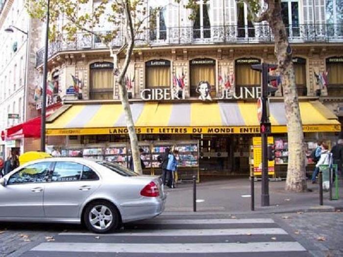 Gilbert Jeune chào đón rất nhiều lượt khách qua lại trung tâm mỗi ngày.