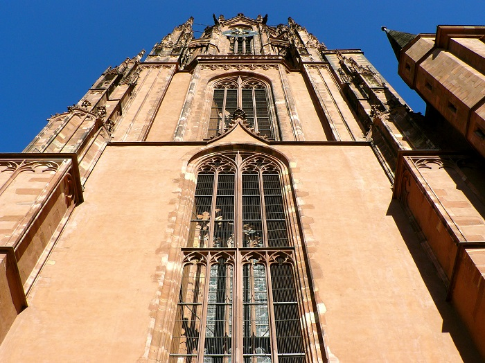 Từ tháng Tư đến tháng Mười, khách du lịch có thể trèo lên tòa tháp hình chóp này với một khoản phí nhỏ, thỏa thích ngắm bức tranh toàn cảnh Khu phố cổ và hình bóng những tòa nhà cao tầng in trên bầu trời ở phía tây bắc