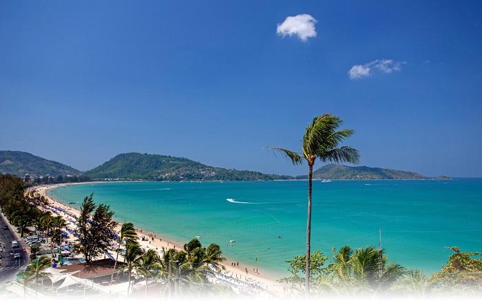 Tuy là đảo nhưng Phuket rất phát triển chủ yếu là du lịch, Phuket hiện nay rất nổi tiếng thế giới bởi nơi đây đã đem lại món ăn tinh thần rất tuyệt vời