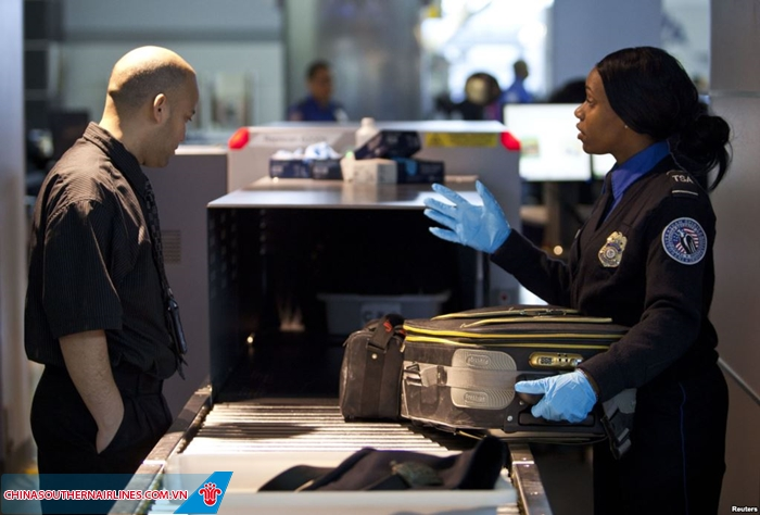 Các vật dụng mang lên máy bay sẽ bị kiểm tra nghiêm ngặt
