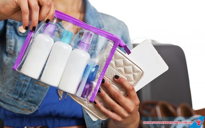 Chất lỏng phải được đựng trong túi trong suốt và có thể mở ra được