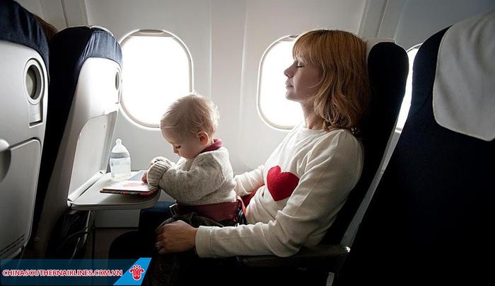 Trẻ sơ sinh không chiếm chỗ ngồi riêng mà phải có người lớn đi cùng