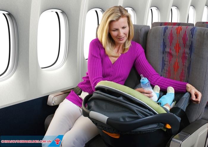 Nôi cho trẻ em được cung cấp miễn phí trên các chuyến bay dài. Nhưng cần phải đặt trước