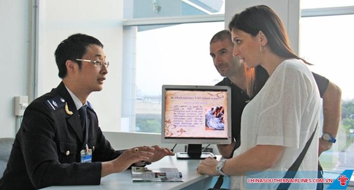 Khách du lịch nhập cảnh tại sân bay Quảng Châu