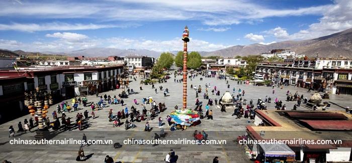 Đường Barkhor rộng lớn nhìn từ Đền Jokhang