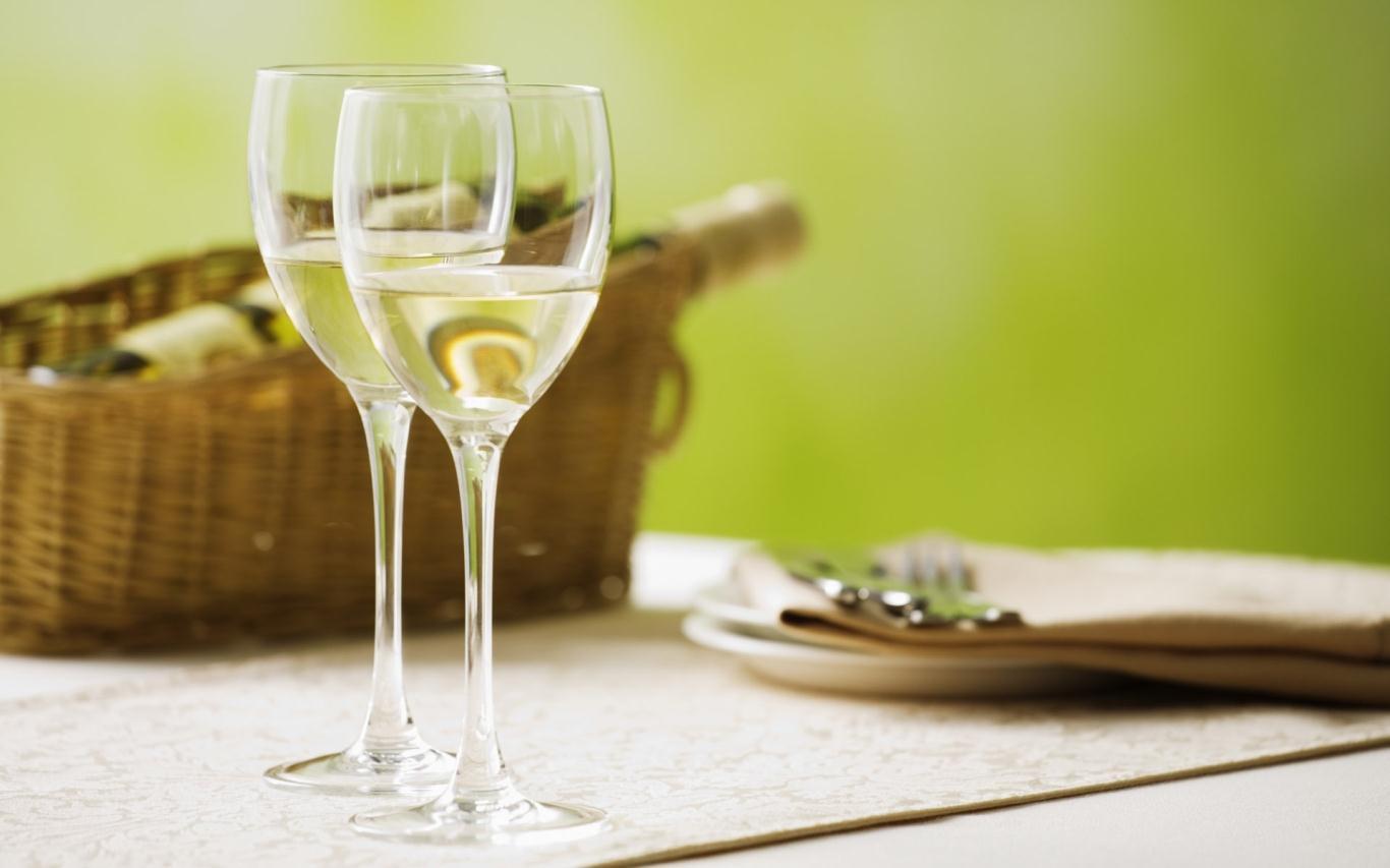 Uống rượu vang trắng trên sông Rhine